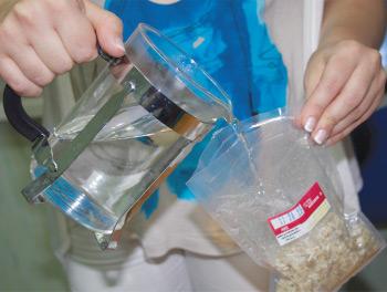 Отрезаем ножницами край пластикового пакета с макаронными изделиями, заливаем содержимое 175 мл горячей воды. Выдерживаем не менее 15 минут.
