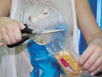 Добавляем в предварительно открытый пластиковый пакет с супом-харчо 150 мл горячей воды. Оставляем завариваться на 15 минут.