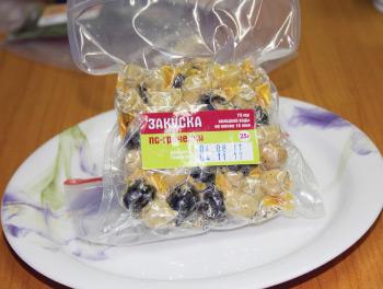 Открываем пакет с закуской по-гречески, заливаем ее 75 мл холодной воды. Выдерживаем не менее 10 минут.