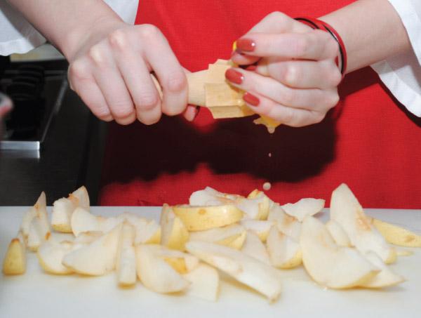 Груши нарезаем тонкими ломтиками, сбрызгиваем их соком лимона, чтобы они не потемнели.