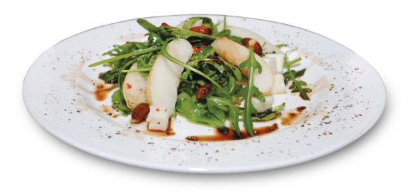 Украшаем блюдо:  посыпаем края тарелки черным молотым перцем или сбрызгиваем бальзамическим уксусом.